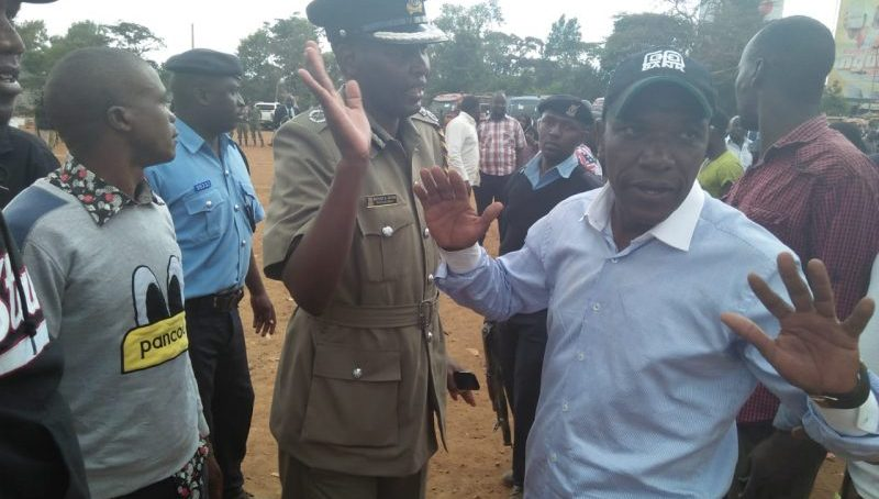 VIDEO:Drama as Bonnie Khalwale arms himself with stones In Kibra